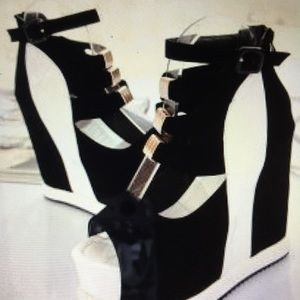 Black and white platform shoes pot in Europe